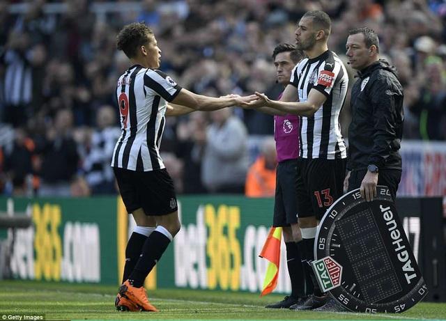 Benitez rất cao tay khi tung tiền đạo Islam Slimani vào sân, Newcaste vẫn duy trì sức mạnh ở hàng công để kìm hãm Arsenal
