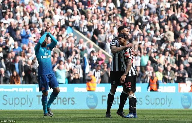 Các cầu thủ Newcastle ăn mừng chiến thắng sau khi tiếng còi mãn cuộc vang lên. Theo luật bất thành văn, vượt qua cột mốc 40 điểm là các đội bóng ở Premier League sẽ trụ hạng và với chiến thắng trước Arsenal, Newcastle đã có 41 điểm, vậy nên thầy trò Benitez có thể nói đã hoàn thành mục tiêu của mùa giải