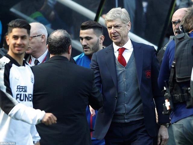 Wenger bắt tay Benitez sau trận đấu, một cuộc chiến của những chiến lược gia gạo cội tại Premier League và phần thắng đã nghiêng về vị huấn luyện viên người Tây Ban Nha