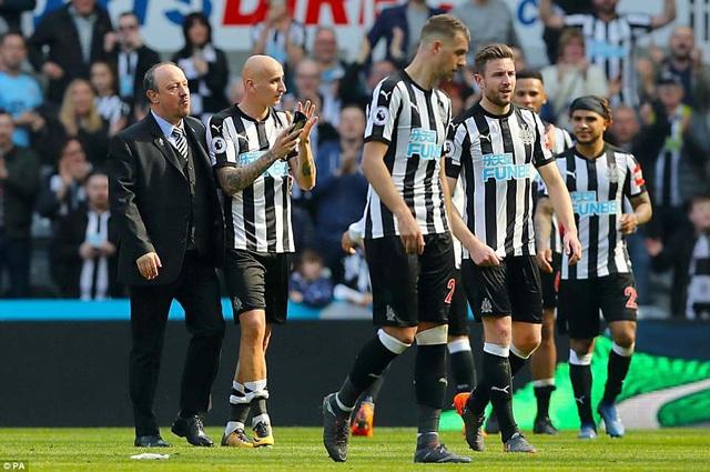 Các cầu thủ Newcastle đi quanh sân cảm ơn người hâm mộ sau trận đấu