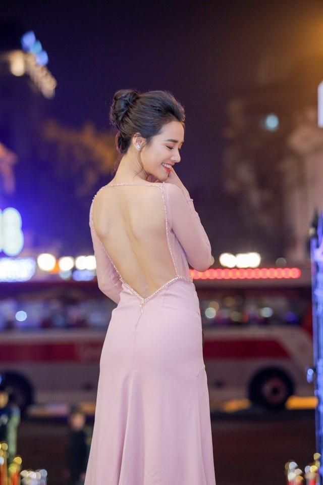 Ngay khi vừa xuất hiện, nữ diễn viên đã là tâm điểm của giới báo chí. Tuy nhiên, Nhã Phương không chia sẻ bất kỳ điều gì liên quan đến chuyện tình cảm với Trường Giang.