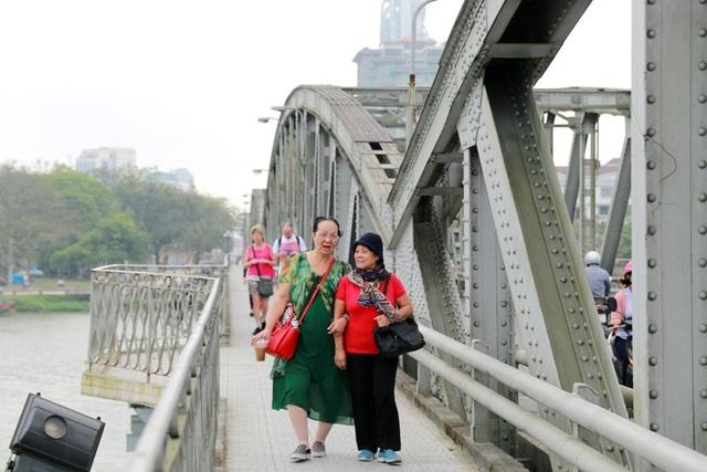 Khách du lịch đi bộ dạo mát qua cầu Trường Tiền đã phục hồi lại 10 ban công