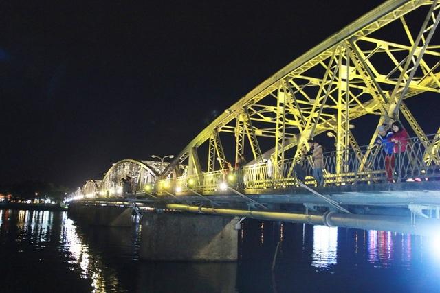 Rất nhiều người dân và khách du lịch ngắm cảnh và hóng mát trên cầu