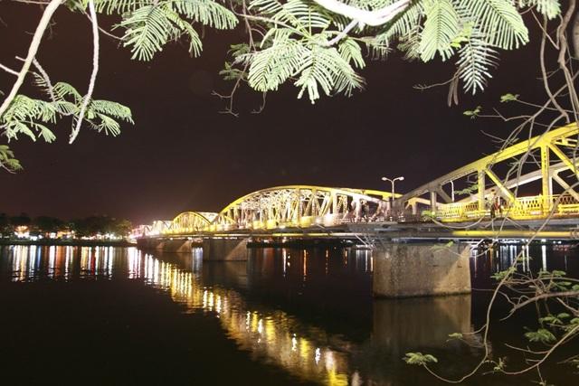 Cầu Trường Tiền đổi màu khi đêm về