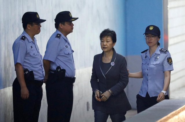 Cựu Tổng thống Hàn Park Geun-hye bị áp giải tới Tòa án Seoul hôm 7/4/2017. (Ảnh: Reuters)