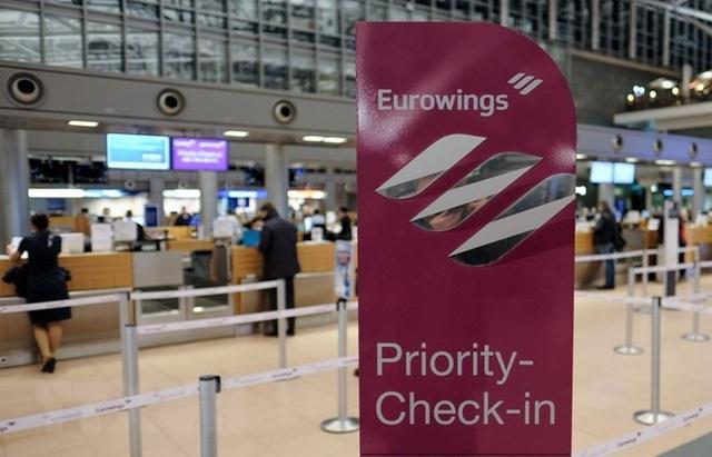 Hành khách đợi làm thủ tục tại sân bay Helmut-Schmidt ở Hamburg, Đức. (Nguồn: AFP/TTXVN)