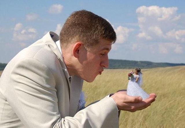 Có chú rể nào thích đặt cô dâu trong tay rồi thổi bay như thế này không?