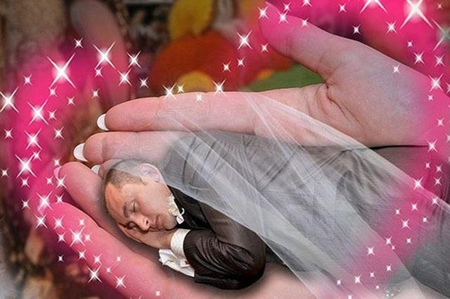 """Chú rể thành """"người đẹp"""" ngủ trên tay cô dâu"""