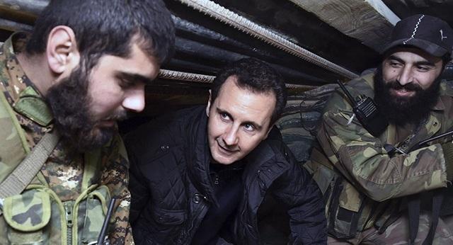 Tổng thống Assad trò chuyện với các binh sĩ Syria trong chuyến thăm tới khu vực Jobar, phía đông thủ đô Damascus (Ảnh: AP)