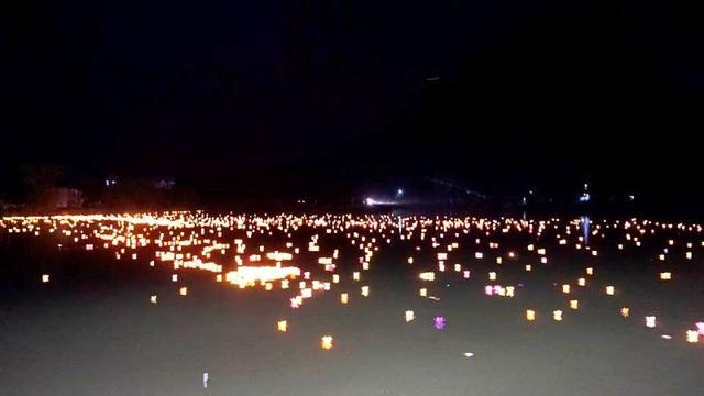 Hàng nghìn ngọn đèn hoa đăng lung linh rực sáng trên dòng sông Sào Khê.