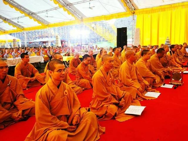 Buổi lễ cầu quốc thái dân an do các Tăng ni Giáo hội Phật giáo Việt Nam tỉnh Ninh Bình chủ trì. Trong không khí trang nghiêm thành kính, những lời kinh vang lên dâng Đức Phật, nguyện xin ngài cho thế giới hòa bình, đất nước thịnh vượng, chúng sinh được an lành.