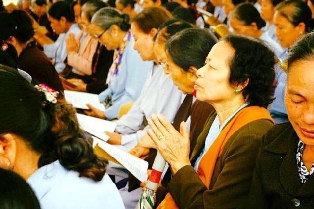 Các Phật tử cũng tĩnh lặng trong giờ phút làm lễ, chắp tay nguyện cầu những điều tốt đẹp nhất cho mọi người dân trên khắp đất nước Việt Nam.