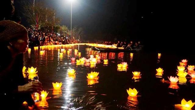 Những ngọn đèn hoa đăng được người dân thả xuống sông tạo nên vẻ đẹp lạ thường, lung linh huyền ảo.