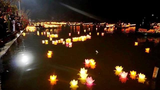 Mỗi ngọn đèn hoa đăng là một ước nguyện của từng người. Ai cũng mong muốn đất nước mãi thái bình thịnh vượng, gia đình được bình an.