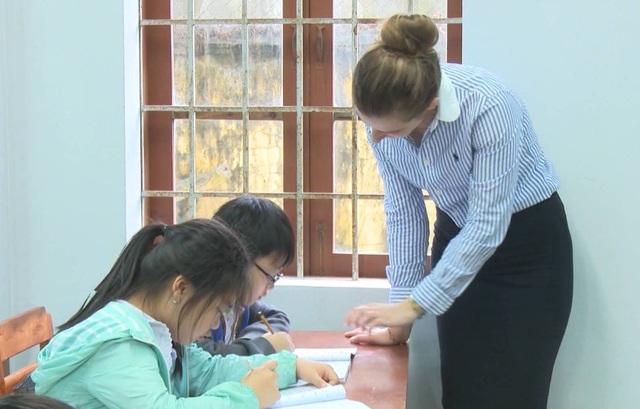 3 giáo viên là người nước ngoài trực tiếp giảng dạy cho 76 em học sinh tại các lớp