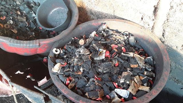 Pin con ó là một phần nguyên liệu tại cơ sở sản xuất cà phê bẩn