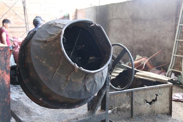 Sau khi ngâm, ủ với nước bột pin, tất cả nguyên liệu được cho vào một máy trộn cỡ lớn để có màu đồng nhất trước khi đưa vào một lò sấy thủ công nằm ngay cạnh đó.
