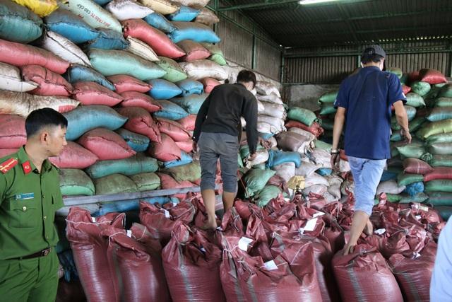 Nằm cạnh đó là kho chứa thành phẩm, bao gồm hàng trăm bao cà phê chuẩn bị xuất xưởng.