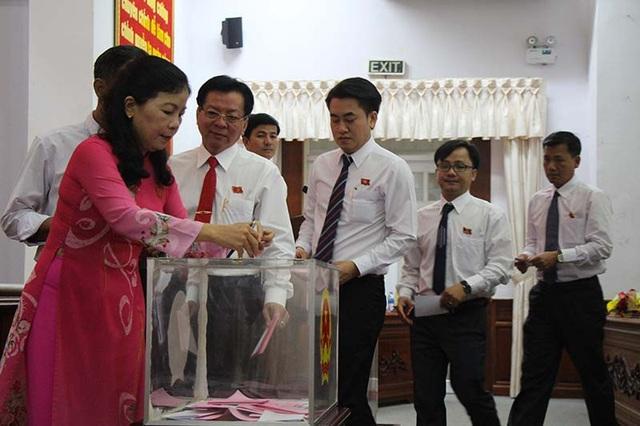 Các đại biểu HĐND bỏ phiếu bầu Chủ tịch UBND tỉnh Hậu Giang sáng nay (17/4)