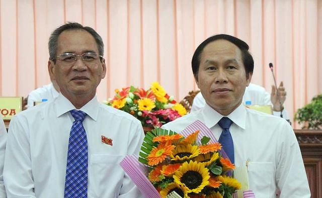 Ông Lê Tiến Châu (phải) được bầu giữ chức Chủ tịch UBND tỉnh Hậu Giang