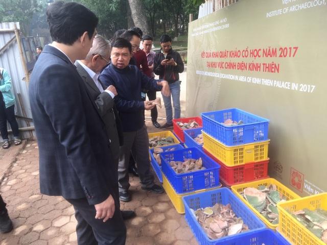 PGS Tống Trung Tín giới thiệu về các di vật tìm thấy ở hố khai quật. Ảnh: Tùng Long.