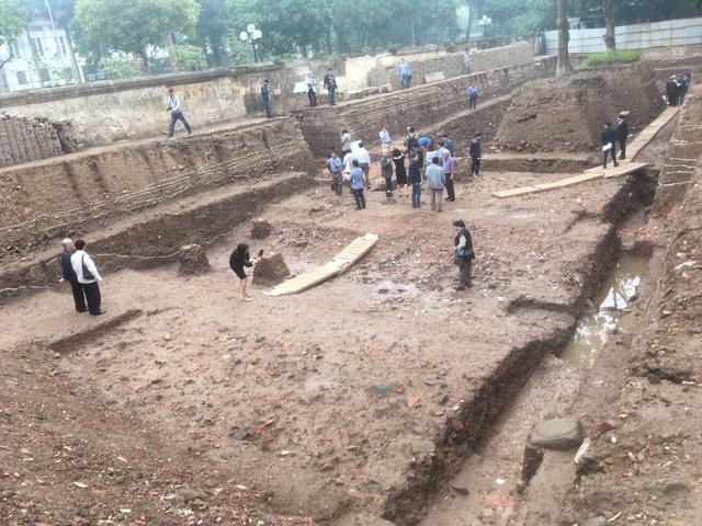 Toàn cảnh hố khai quật ở phía Đông điện Kính Thiên - Hoàng thành Thăng Long. Ảnh: Tùng Long.