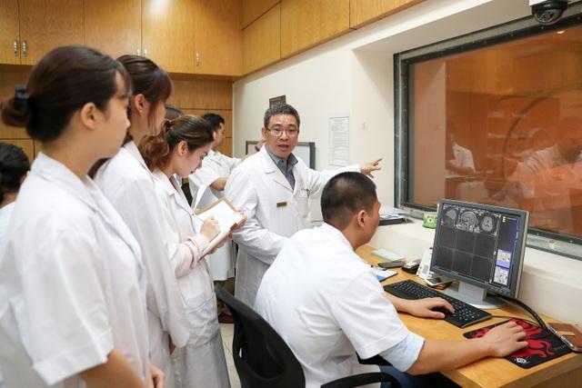 PGS.TS Nguyễn Văn Sơn - Chủ nhiệm Khoa Chẩn đoán hình ảnh, Bệnh viện E đang giảng bài cho các sinh viên