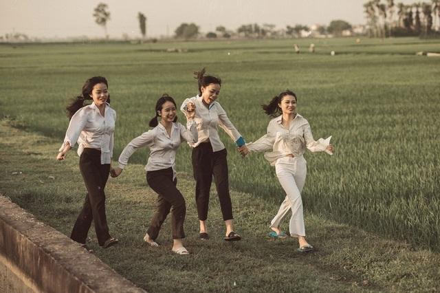 """Bối cảnh được lựa chọn là cánh đồng """"thẳng cánh cò bay"""", mơn mởn màu xanh của lúa đang thì con gái. Đây cũng là những khoảnh khắc thư giãn trước khi các bạn bước vào những kỳ thi áp lực, căng thẳng sắp tới. Và có lẽ đây cũng sẽ trở thành kỷ niệm đẹp nhất để mai này dù có trở thành """"ông nọ bà kia"""" thì tình bạn vẫn là điều ngọt ngào đáng trân trọng."""