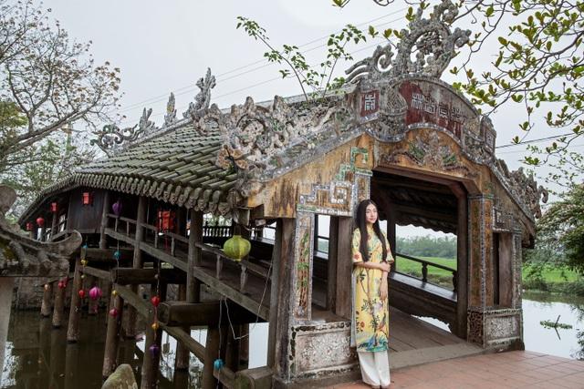 Ngọc Trân tạo dáng bên cầu ngói Thanh Toàn.