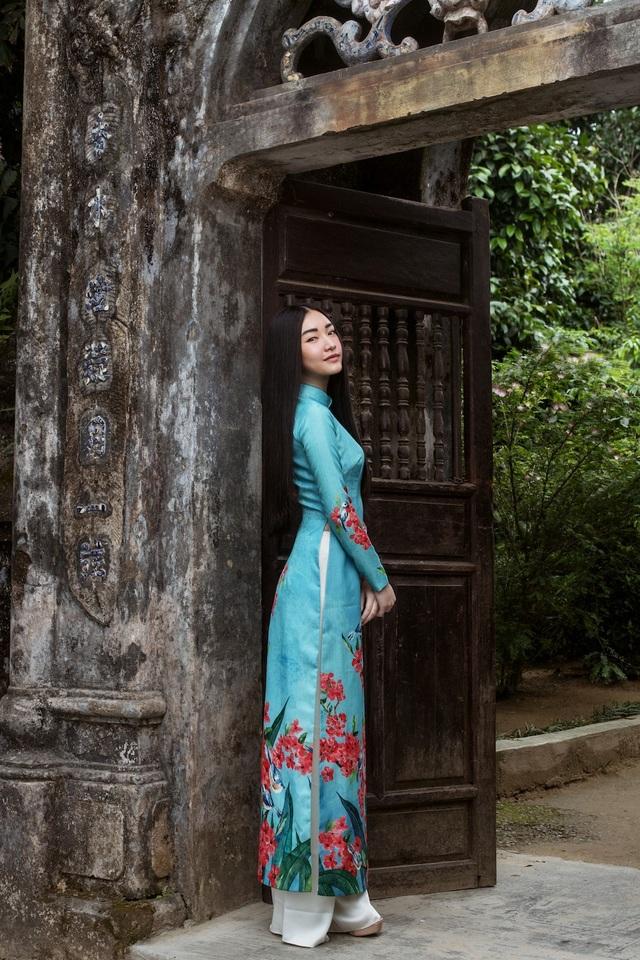 Tháng 3 vừa qua, người đẹp kết hợp cùng các nhà thiết kế áo dài xuất hiện tại tuần lễ thời trang Seoul Fashion Week 2018. Giữa thiên đường streetwear, nàng thơ xứ Huế một mình nổi bật trong tà áo dài truyền thống.