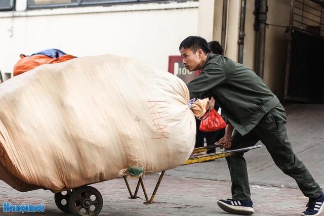 Đối với những bao hàng lớn, người làm cửu vạn| sử dụng những xe đẩy hàng để có thể vận chuyển dễ dàng hơn.