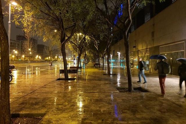 Ảnh đường phố mưa về đêm với camera Galaxy S9 được tái hiện sống động, rõ nét đến từng chi tiết. Khẩu độ mở rộng F/1.5 cho phép Galaxy S9 thu được nhiều hơn 28% ánh sáng vào cảm biến camera so với người tiền nhiệm Galaxy S8.