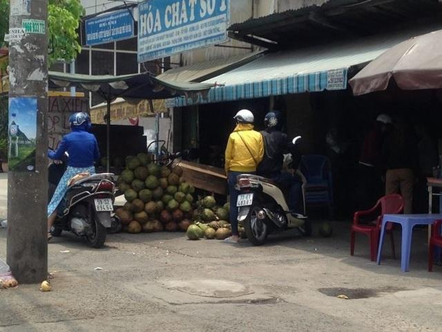 Xếp hàng chờ mua dừa tươi