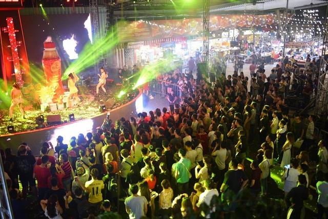 Hàng ngàn bạn trẻ đã được quay cuồng, bùng nổ với các thần tượng trong đêm nhạc hoành tráng.