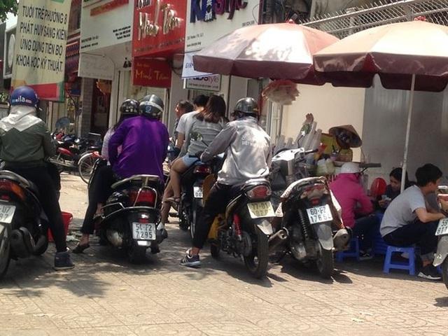 Xếp hàng chờ mua nước dừa tắc trên đường Pasteur (Q.3)