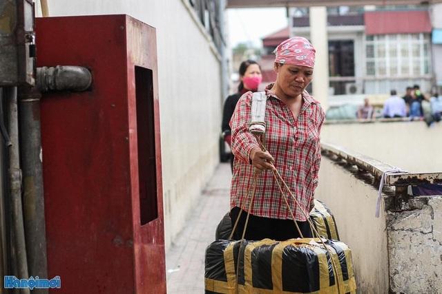 Không thể khuân vác nặng như nam giới, hầu hết cửu vạn nữ đều chọn cách gánh hàng bằng quang gánh, dây thừng.