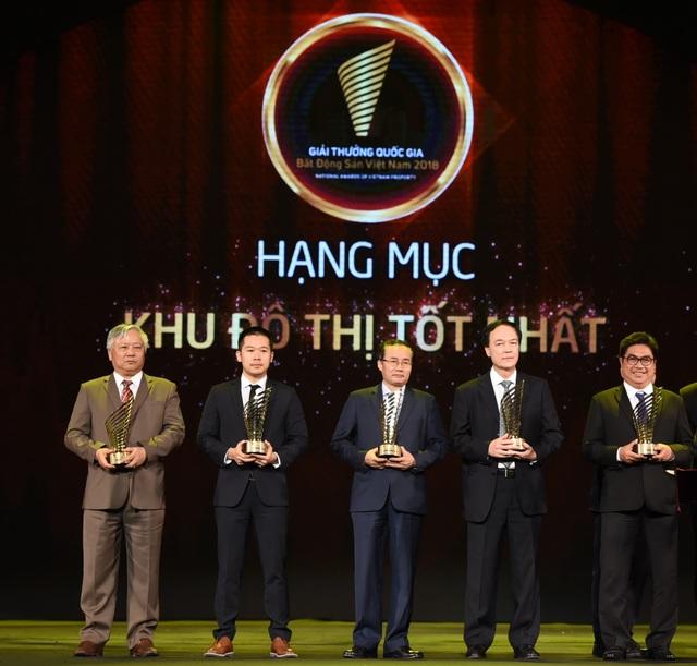 Đại diện công ty Phú Mỹ Hưng (thứ 2 từ trái sang) nhận giải thưởng Khu đô thị tốt nhất do Bộ trưởng Xây Dựng, ông Phạm Hồng Hà trao.