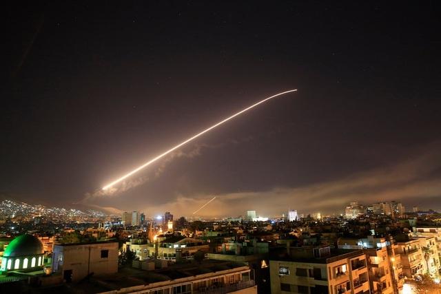 Tên lửa phát sáng trên bầu trời thủ đô Damascus, Syria hôm 14/4 (Ảnh: AP)