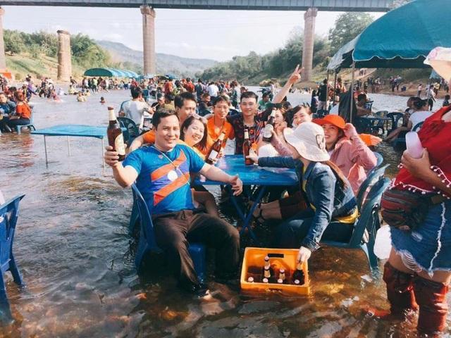 Người dân Lào vui Tết trên sông
