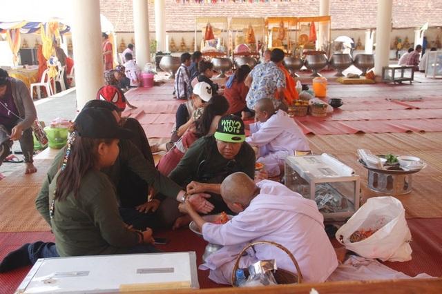 Người dân Lào đi lễ cầu may đầu năm.