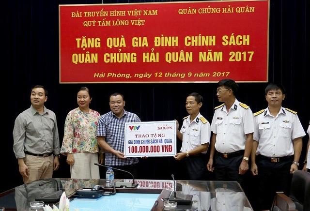 Cục Chính trị Hải quân đã tổ chức tiếp nhận quà tặng của Quỹ Tấm lòng Việt với sự đồng hành của Tổng Công ty Bia-Rượu-Nước giải khát Sài Gòn cho 15 gia đình quân nhân Hải quân có hoàn cảnh khó khăn tại Hải Phòng vào ngày 12/9/2017.