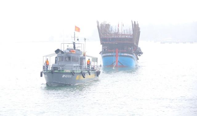 Tàu BP43-1101 đang lai dắt tàu QNa 90749TS vào bờ
