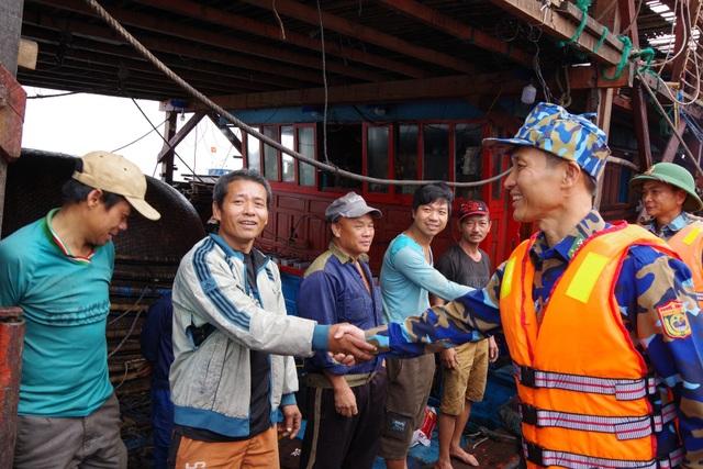 Bộ đội Biên phòng thăm hỏi các thuyền viên trên tàu gặp nạn