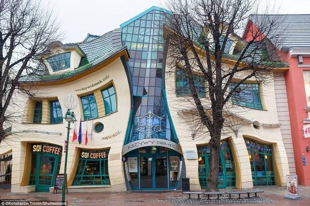 """Krzywy Domek mang ý nghĩa """"ngôi nhà quanh co"""", thực chất là một trung tâm mua sắm. Nó nằm trên trục đường chính của Monte Cassino ở Sopot, Ba Lan."""