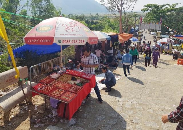 """Hình ảnh hàng quán """"bủa vây"""" đường lên lễ hội Am Chúa ở Khánh Hòa"""