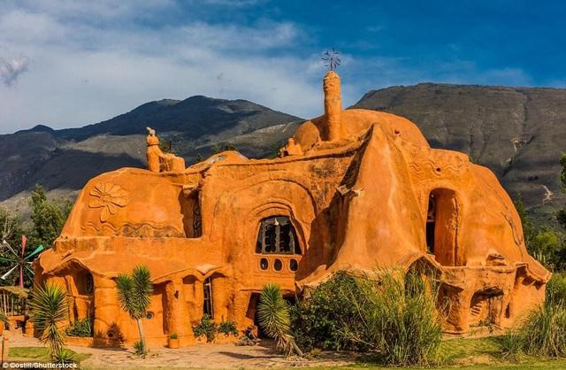 Nhà Casa Terracota ở Villa De Leyva ở Mexico, do Octavio Mendoza thiết kế. Du khách rất ấn tượng với vật liệu tạo nên công trình chính là đất sét. Ngôi nhà trở nên hấp dẫn hơn dưới ánh nắng mặt trời.