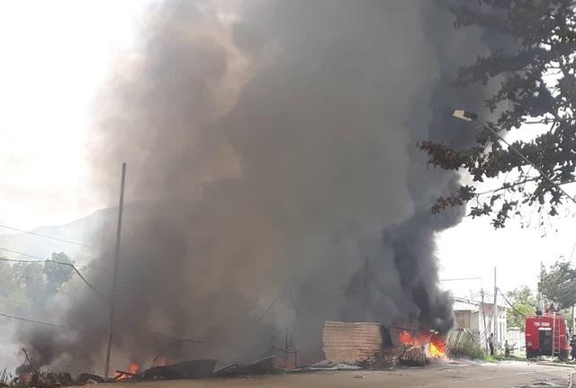 Hiện trường vụ cháy bãi phế liệu ở Nha Trang, cột khói bốc cao hàng chục mét