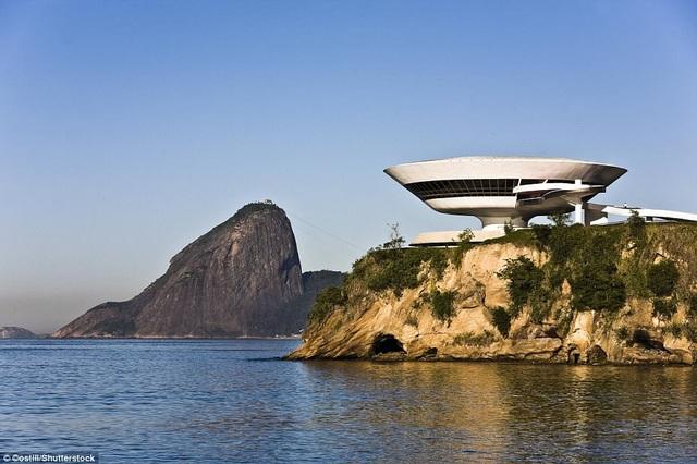 Còn đây là bảo tàng nghệ thuật đương đại nằm ở Niteroi, gần thủ đô Rio de Janeiro, Brazil. Công trình do kiến trúc sư Oscar Niemeyer tạo nên.