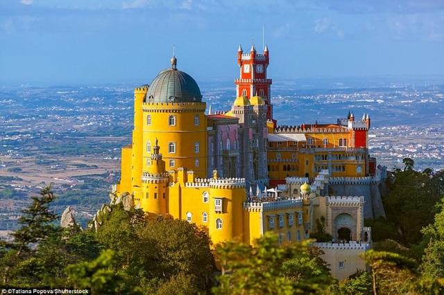 Thoạt nhìn, người ta sẽ nghĩ tới những lâu đài bước ra từ cổ tích. Đó là cung điện Pena Palace xuất hiện rất nổi bật trên một ngọn đồi, nhìn về phía thị trấn Sintra ở Bồ Đào Nha. Công trình được coi là biểu tượng của chủ nghĩa lãng mạn trong thế kỷ 19 tại quốc gia này.