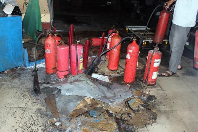 Nhiều bình PCCC cá nhân được huy động để dập lửa